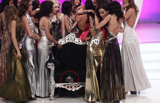 Leesett a díszes korona a Miss World Hungary 2010 fejéről
